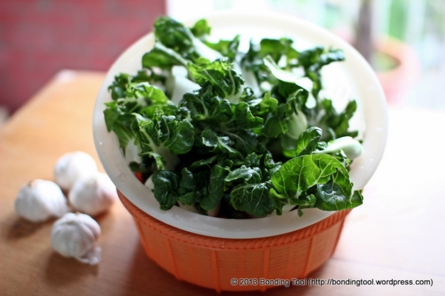 Wash and clean the baby or extra dwarf Nai Pak Choy and leave it in colander to drain excess water.