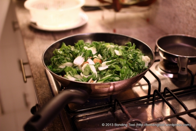 Add a little cooking oil into a pan or wok and stir-fry the deep-fried garlic for a few seconds. Over high heat, toss in the vegetables. Stir quickly and add salt to taste. You may use oyster, conpoy or light sauces. Fry vegetables to the degree of crunchiness or limpness that you like.