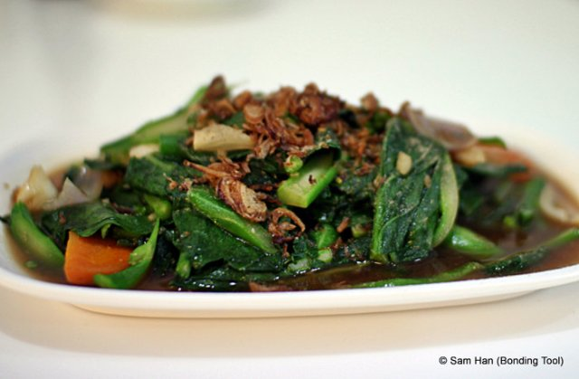 The quintessential Chinese stir-fry Kailan or as you wish Chinese Broccoli with wedges of onions and sliced carrots.