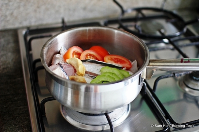 Yu can choose to stir-fry the ginger slices with a bit of oil first or boil them in water.
