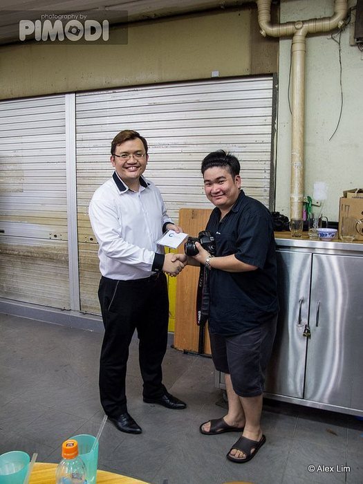 Adrian Aw Yong receiving his prize from Calvin Huang.
