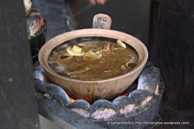 Almost boiling... let's look at other patrons' dishes on the stoves.