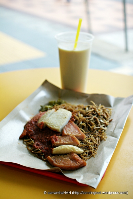 Soybean Milk came first and after 10 minutes of queueing, the Economical Fried Bee Hoon arrived.