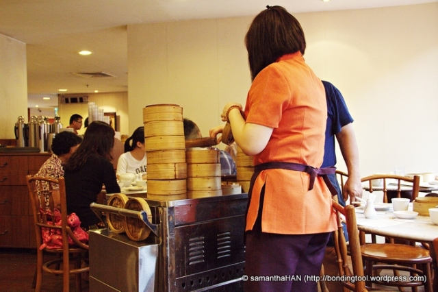 Push carts, wooden chairs and round marbled tables bring back good old nostalgia of Chinese tradition.