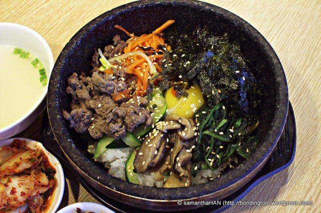 The various colours and textures of Bibimbap 비빔밥 make not only for a delicious meal but also an incredibly pretty dish.