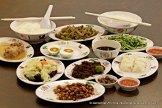 A small bowl of braising gravy from the pork or duck is usually given in a Teochew Muay 潮州糜 meal.