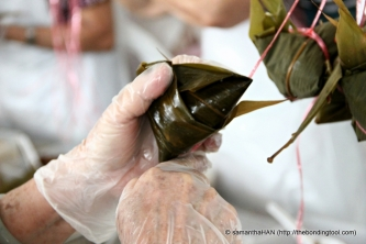 Secure the shape of the triangular rice dumpling with raffia strings.