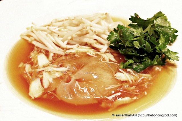 We usually eat Braised Sharksfin with raw or quick scalded Beansprouts and chopped Cilantro. The extra seasonings are White Pepper Powder and/or Chinese Red/Black Vinegar.