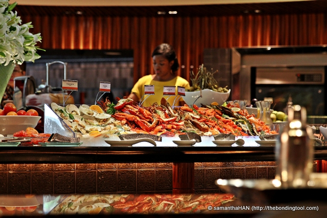 The first thing you see upon entering the restaurant is this wide array of seafood spread on the island.