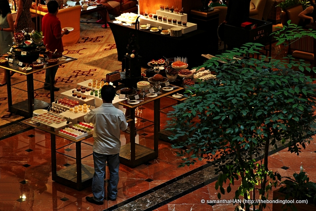 Just as we were making for the lift, I looked down and saw more food particularly the desserts at Tea Lounge located on the lobby floor.