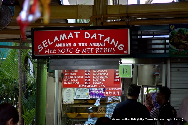 This is the stall with the red signboard - Selamat Datang, meaning Welcome. Contrary to the greeting, the ladies selling there can be quite grouchy but their food is really good. Mee Soto and Mee Rebus we wanted that day was sold out. The people in the queue  had already placed their orders and were just waiting to collect their food.