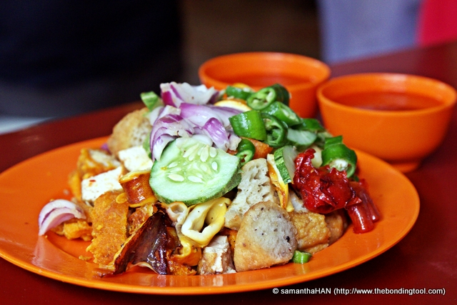 Indian Rojak is traditionally garnished with raw onions, cucumber slices and chopped raw green chillies.