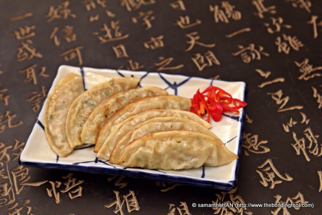 From frozen to cooked - these Korean gyozas were flatter than the Chinese and Japanese versions.<br />Sam had them panfried till the bottom were deliciously crisped and golden!