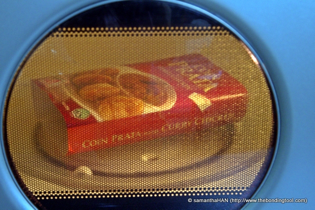 Oops! The instruction said not to remove the plastic wrap nor poke holes into them but I had already removed the wrap earlier to show you. So I put the cardboard jacket over the box and heat it accordingly on high (my microwave is at 850 watts) for 2 minutes.