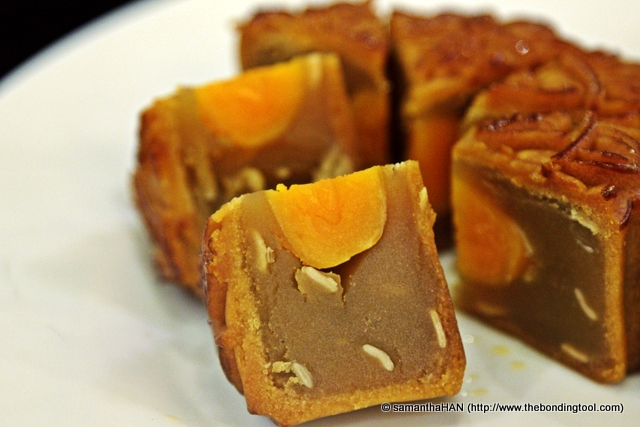 They can be without salted egg yolks or usually stuffed with one (up to 4) into the centre of the lotus paste.