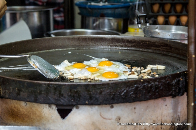 I love eggs and the heavely smell of eggs sizzling in the huge hot plate captured my attention.