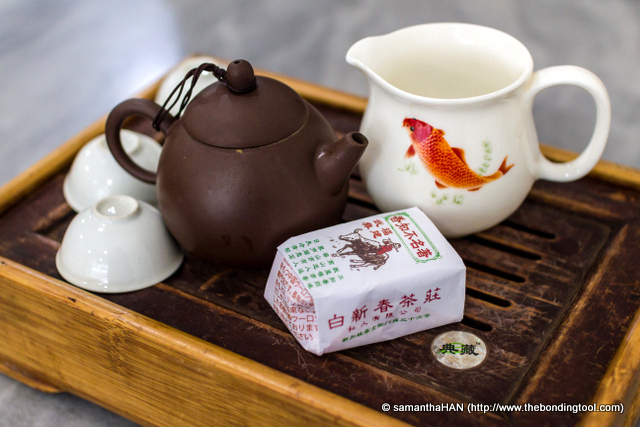 """Tea for two.<br />I have mentioned in my previous BKT posts that when customers are usually given two tea cups. This is to facilitate the cooling of tea before consumption.<br />Like wine, tea needs to be """"decanted"""" and hence the porcelain ware (with the fish) is provided."""