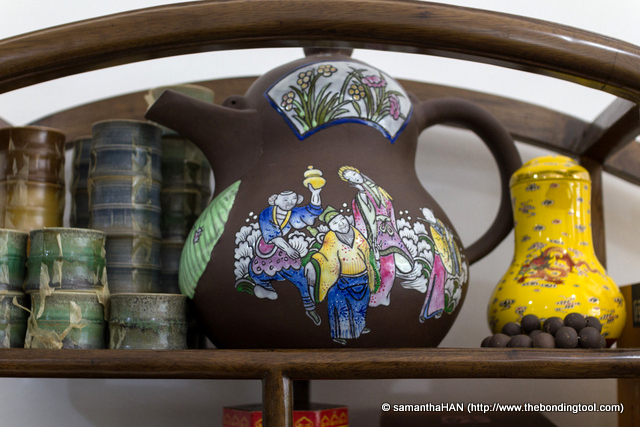 What a huge tea pot! Never have to worry about running a dry spell, lol...