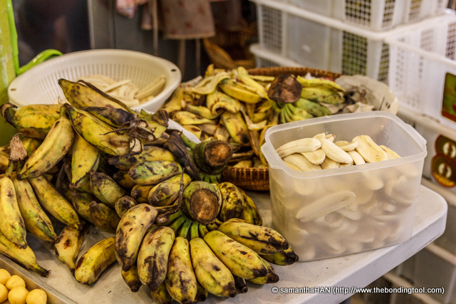 A short distance away from the crispy pancakes, another beautiful Thai lady was slicing up these bananas.<br />How do you think it these would be handled?