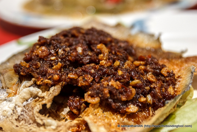 Look at the delicious hae bee hiam (spicy shrimp topping). It's like 2-in-1 dish! Delicious with the porridge. I love the crispy fish and the topping.