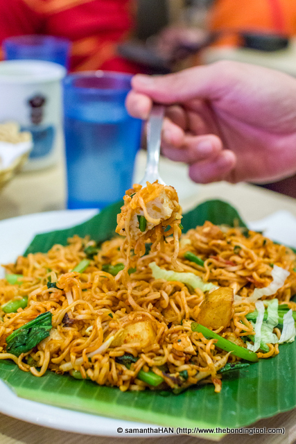 I have never eaten fried maggi mee outside before but I have many friends who like this. I askChi Sao for a taste. I cannot fathom why anyone would want to pay a few bucks for something less than a dollar.