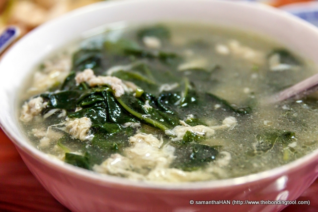 I had all the soup and vegetables in this big bowl (sans a standard rice bowl for Tony of JOHOR KAKI Blog).<br />This was because (yes, I'm being selfish here) Matrimony Vine 枸杞 or Goji Berry Leaves is seldom sold outside or even prepared at home because of the troublesome cleaning task.<br />It has lots of thorns but the nutritional value is tops!<br />The leaves' texture is smooth and the taste is a hint of bitter.<br />It is known to be good for the eyesight (TCM).