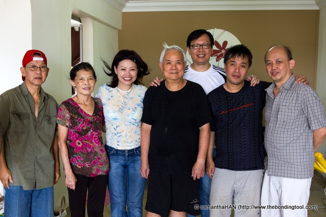 My variegated makan kakis together with our kind and humble hosting couple, Mr. and Mrs. Teng. From left: Uncle Smart, Mrs. Teng, myself, Mr. Teng, The Silver Chef, Soundman and Yummicraft (tallest, standing behind). Tony Johor Kaki was the cameraman. Cactuskit had left for another appointment.