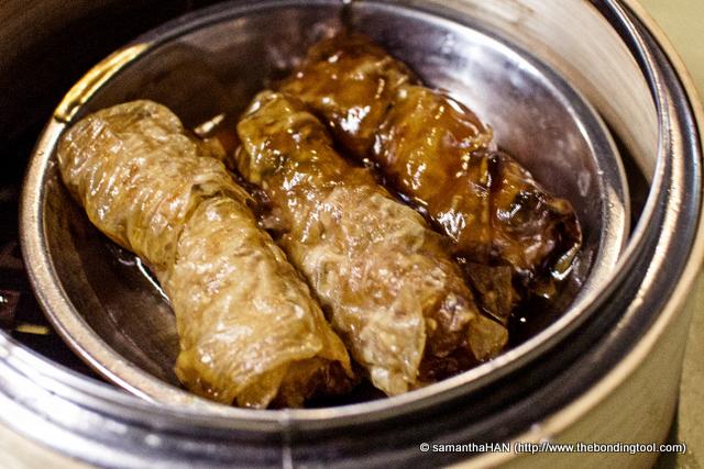 腐竹券 or translated to Steamed Bean Curd Roll, is something I will order every time I have dim sum. I like soy bean and its by-products. The meat roll was quite tight, slightly firm but better solid than loose don't you think?