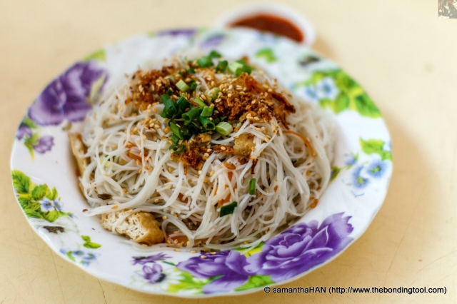 Have you seen fried beehoon (炒米粉) as white as this?<br />Eat it with the boatman's porridge. They are a perfect match!<br />The springy texture of this dish was to my liking although it was a tad bland.<br />Mix with some chilli sauce and it should be delicious.<br />I didn't add any chilli sauce as my cough was still bothering me.<br />I had it with the porridge and it was good.