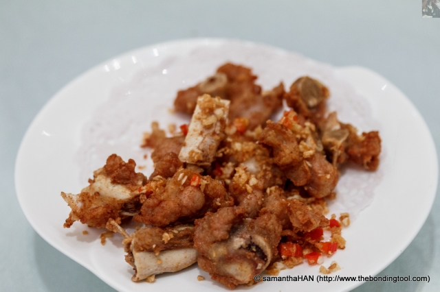 Deep-fried Pork Ribs.<br />Heavy garnished with fragrant fried garlic and chilli during stir-frying (second cooking process).