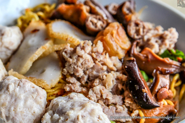 Topped with minced pork, sliced fish cakes, pork balls, pig's small intestines, mushrooms and crispy lard - all my favourite ingredients in a bowl.
