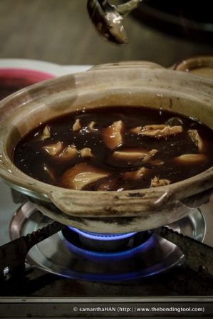 Special gravy (鲍鱼汁) has been prepared by the chef to stewed these abalone chunks.