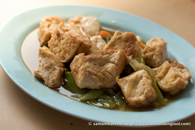 Red-cooked Tofu with Leeks.<br />Red-cooking (hongshao - 红烧) means simmer-fried.  But in this case the tofu cubes had been deep-fried and then simmered with some gravy and leeks. It was not exactly 红烧 in Cantonese terms but the outcome is akin to their hongshao tofu.