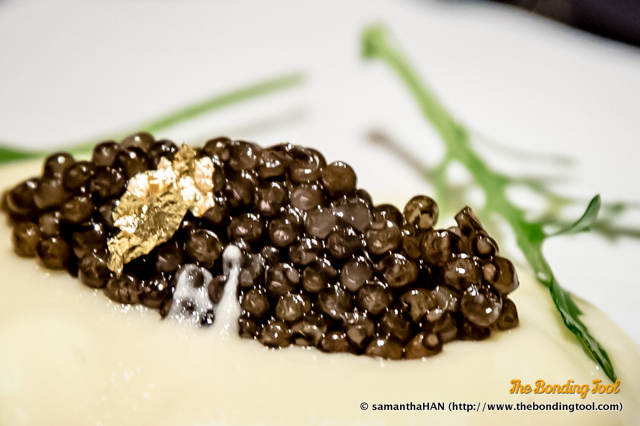 I do not think this was listed on the menu but I'll welcome it anyday.<br />There's an edible leaf of Gold on the Impérial Caviar.
