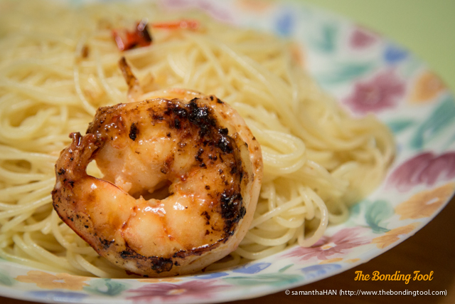 Divide the prawns equally onto individual plates or serve them as a communal dish on table.