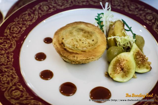 Tarte de fígado de ganso e trufa servida com maçã glaceada. Black truffle and goose liver pie served with glazed apple. 黑松露鵝肝餡餅配燴蘋果. MOP 245.00