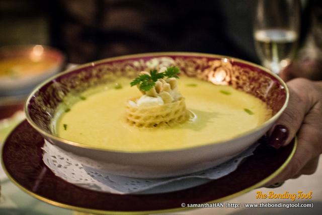 Da Batalha - Creme de abóbora-menina com caranguejo e queijo fresco.<br />Pumpkin soup with crab meat and home-made cheese.<br />蟹肉南瓜湯配自家製芝士.<br />MOP 150.00
