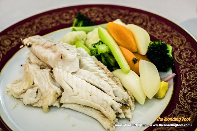 Robalo assado no forno com crosta de sal da Ria Formosa.<br />Baked fresh Sea Bass in Formosa River salt crust.<br />鹽焗鱸魚.<br />MOP 320.00