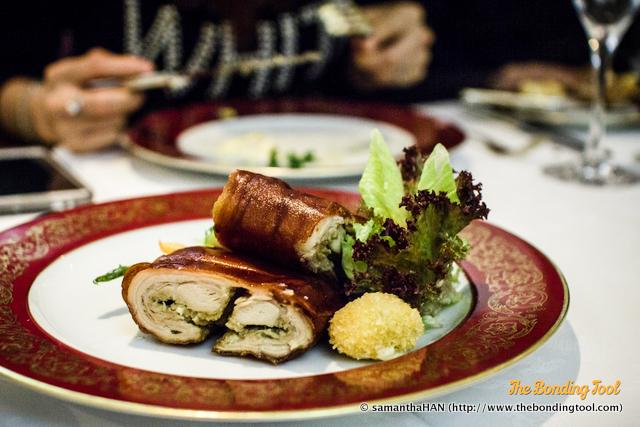 Leitão assado com puré de batata e legumes. Roasted suckling pig with mashed potatoes and vegetables. 葡式燒乳豬伴薯茸及雜菜. MOP 280.00