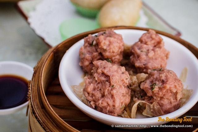 牛肉丸 or 牛肉球 (Niu Rou Wan in Mandarin or Ngau Yuk Yuen or Ngau Yuk Kow in Cantonese) means Steamed Beef Balls.