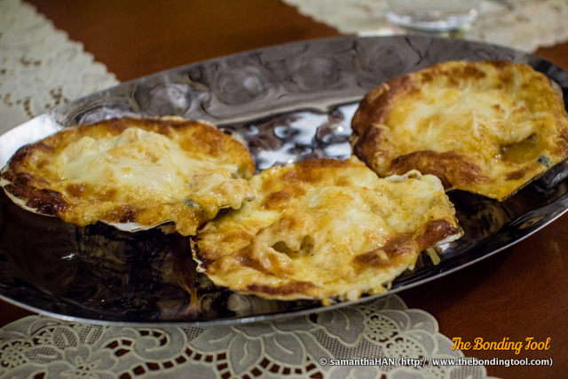 Baked Scallops with tasty Cheese.<br />The texture and taste was like having a seafood pizza without the dough.<br />Slightly salty because of the cheese.<br />Juicy whole scallop under the blanket of coagulated milk protein.