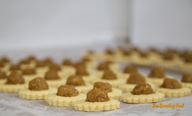 鳳 (Feng) = Phoenix<br />梨 (Li) = Pear<br />酥 (Su) = biscuits/cookies/flaky pastry.