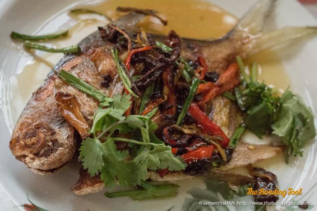 七彩魚 or Rainbow fish to make life more colourful. That's not the official name for this Promfet dish but my reasoning, lol...