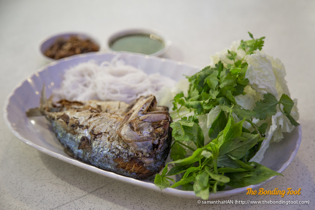 Pla Thu is usually fried and eaten with Nam Phrik Kapi  (shrimp paste dipping sauce), boiled and raw vegetables and leafy greens.