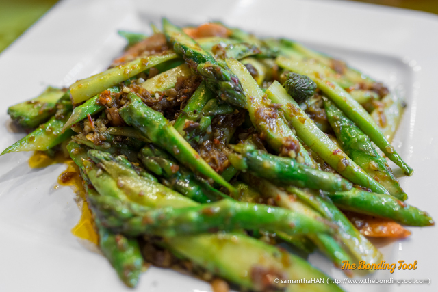 喜气满堂 Sauteed Asparagus with Macadamia Nut in XO Sauce. I did not eat any chunky nuts, it could have been ground but the XO Sauce combination with Dried Shrimps were awesome with plain rice.