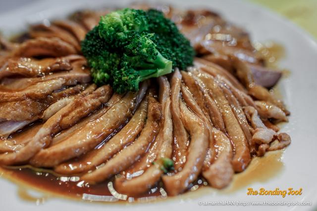 名利丰收 Red Wine Smoked Duck. I had thought this to be like Camphor Tea Smoked Duck, a Chinese delicacy but turned out, this was French taste. Fusion food has invaded kopitiams. I think we all would have preferred Chinese-styled duck.  There was plenty left over.