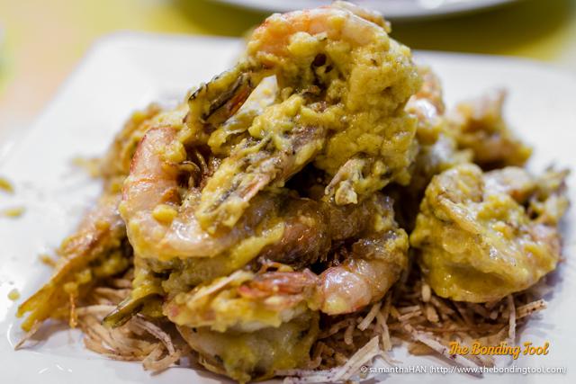 嘻哈大笑 Creamy Prawn with Crispy Yam. These were salted egg yolk prawns with shells.