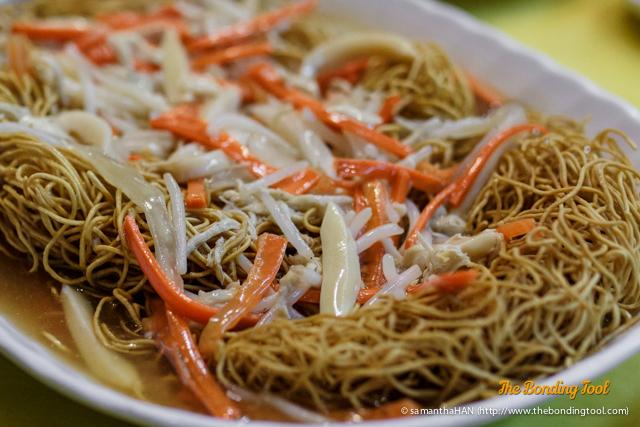 鸿运吉祥 Crispy Noodle with sliced Jade Abalone.