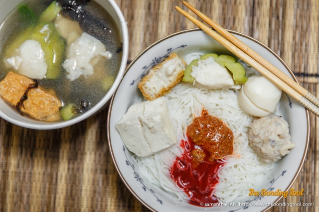 The food items in the bowl are (from left to right) taukwa, taupok, bittergourd, fishball and meatball.<br />In the soup are the same items as those in the bowl with a serving of seaweed (blackish looking strands) and ngoh hiang (meat roll) which I only saw near the end of the meal.