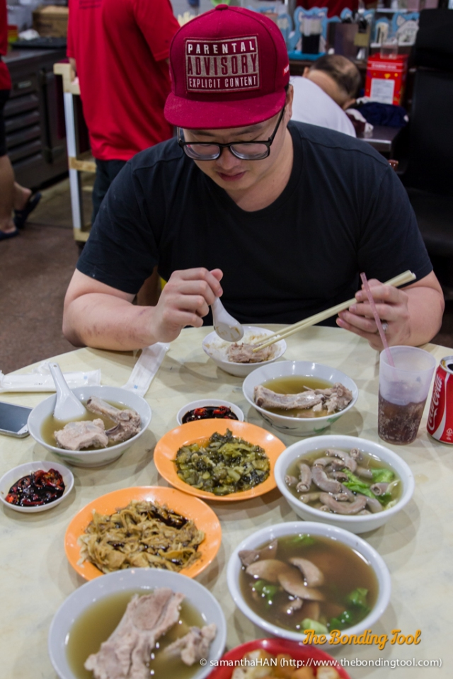 Because we had already ordered our food while in the queue, they came pretty quickly. Starting at 6 o'clock: Youtiao, pork ribs, beanskin (taukee), preserved salted vegetables (chye buay), two more pork ribs, pig's small intestines and pig liver.